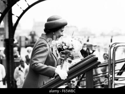 AJAXNETPHOTO. 1979. PORTSMOUTH, ENGLAND. - H.M.QUEEN ELIZABETH II - BOARDING THE ROYAL YACHT BRITANNIA AT SOUTH - Stock Photo
