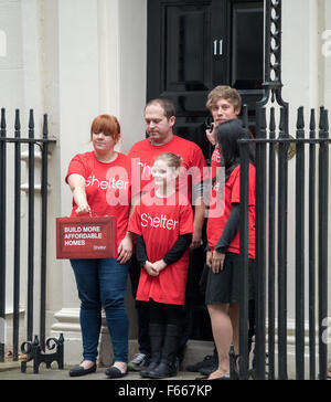 London, UK. 12th November, 2015. Members of the UK housing charity Shelter campaign outside 11 Downing Street, London, - Stock Photo