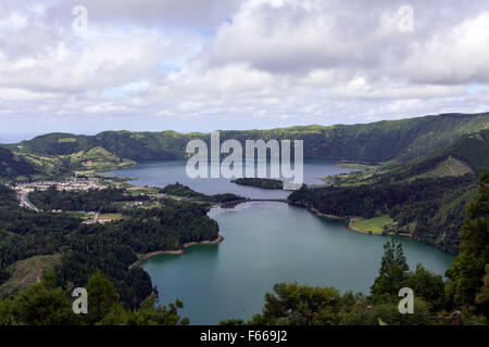 Midadouro Vista do Rei, showing the twin lakes, Lagoa  of the Lagoa Verde and Azul das Sete Cidad, Ponta Delgada, - Stock Photo