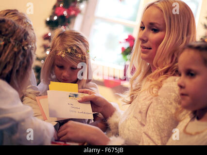 Engelskirchen, Germany. 13th Nov, 2015. A young girl as 'Christkind' (Christ child) and children sort mail at the - Stock Photo