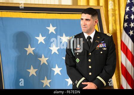 Washington, DC, USA. 12th Nov, 2015. Retired U.S. Army Capt. Florent Groberg listens to President Barack Obama during - Stock Photo