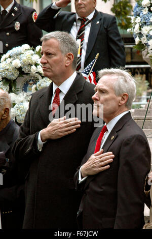 New York City Mayor Bill de Blasio (left) and Secretary of the Navy Ray Mabus pay respect to veterans at the Madison - Stock Photo