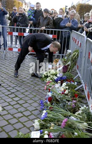 Copenhagen, Denmark. 14th November, 2015. Danish Prime Minister Lars Lokke Rasmussen laying flowers at the French - Stock Photo
