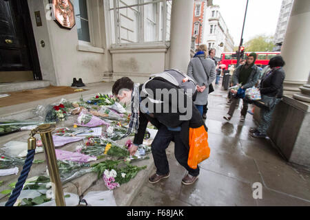 London,UK. 14th November 2015. Floral tributes and condolence cards are placed on the steps of the French embassy - Stock Photo