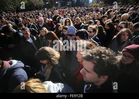 New York City, United States. 14th Nov, 2015. Hundreds of New Yorkers filling Washington Square park to pay condolence - Stock Photo