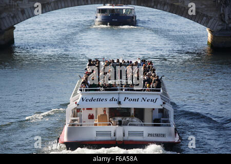 Paris, France. 15th Nov, 2015. A pleasure cruise boat full with tourists sails down the Seine river in Paris, France, - Stock Photo