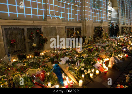 Copenhagen, Denmark, 15th November, 2015. Thousands of people in Copenhagen show their solidarity and sympathy with - Stock Photo