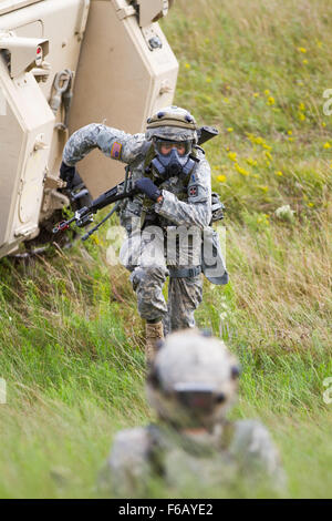 U.S. Army 2nd Lt. Joshua Garner, 316th Mobility Augmentation Company, Chattanooga, Tenn., runs to assist a soldier - Stock Photo