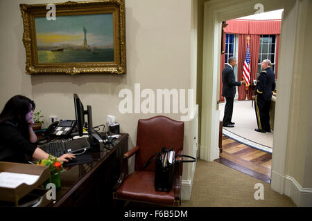 President Barack Obama talks with Gen. Martin Dempsey, Chairman of the Joint Chiefs of Staff in the Oval Office, - Stock Photo