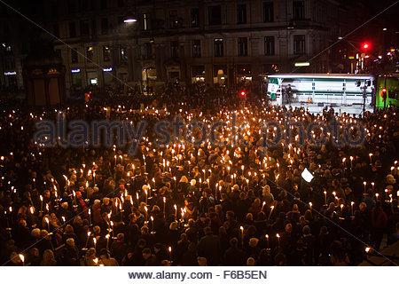 København, Denmark. November 15th, 2015. DENMARK, Copenhagen: Thousands lit up torches in Copenhagen in support - Stock Photo