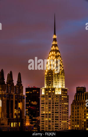 Chrysler building skyscraper located on the east side of - Style new york deco ...