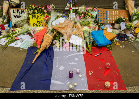 London, UK. 17th Nov, 2015. Tributes to the fallen of Paris on a wet and grey day in Trafalgar Square. A few days - Stock Photo