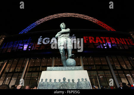 Wembley, London, UK. 17th November, 2015.  The Bobby Moore statue as fans make their way to Wembley stadium, which - Stock Photo