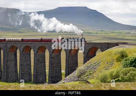 Ribblehead Viaduct. Steam train LMS Jubilee Class Leander 45690 crossing the viaduct below Ingleborough hill. - Stock Photo