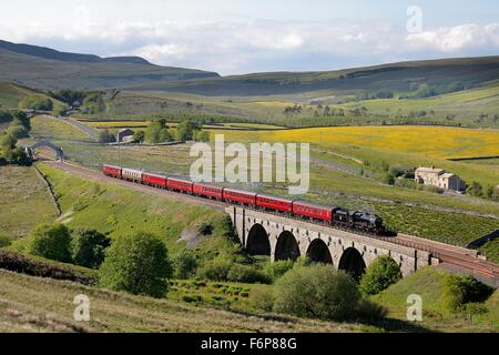 Lunds Viaduct, Settle to Carlisle Railway. Steam locomotive LMS Jubilee Class Leander 45690. Crossing Lunds Viaduct. - Stock Photo