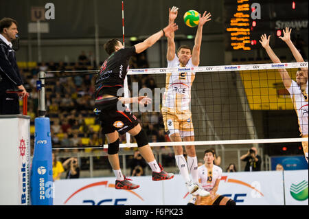 Lodz, Poland. 18th November, 2015. Mariusz Wlazly of PGE Skra Belchatów blocks during the game against Cucine Lube - Stock Photo