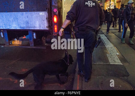 New York, United States. 18th Nov, 2015. A K-9 officer and his dog inspect a truck randomly flagged for inspection - Stock Photo