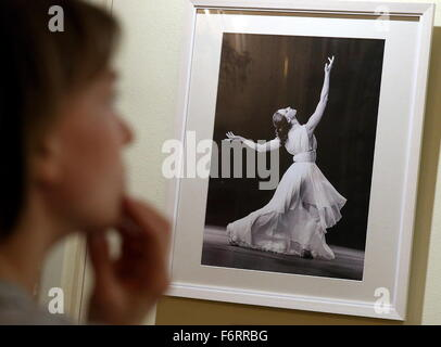 Moscow, Russia. 19th Nov, 2015. A woman attends an exhibition marking the 90th birth anniversary of Russian ballet - Stock Photo