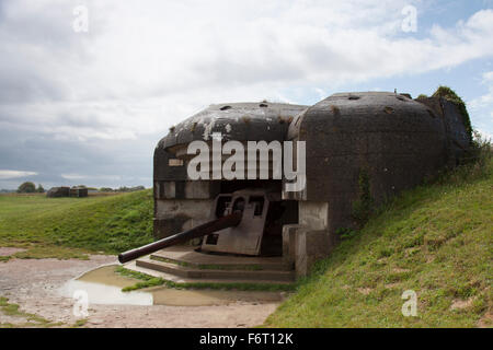 One of the German 152mm naval guns in a concrete casemate at the Longues-sur-Mer battery - Stock Photo