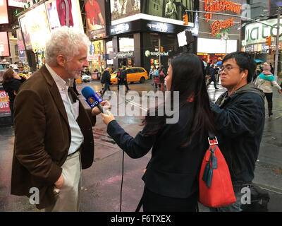 New York City, New York, USA. 19th Nov, 2015. Reporter from NTD China News (New Tang Dynasty) interviews man in - Stock Photo