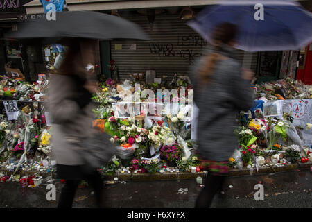 Paris, Paris, France. 21st Nov, 2015. People pass by the memorial in ''La Belle Equipe'' restaurant in the 11th - Stock Photo