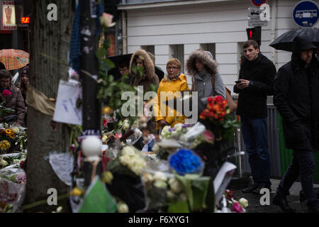 Paris, Paris, France. 21st Nov, 2015. People look at the memorial in ''La Belle Equipe'' restaurant in the 11th - Stock Photo