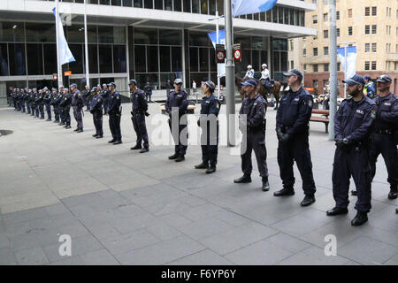 Sydney, Australia. 22nd November 2015. Pictured: A line of police next to the counter protest to block them from - Stock Photo