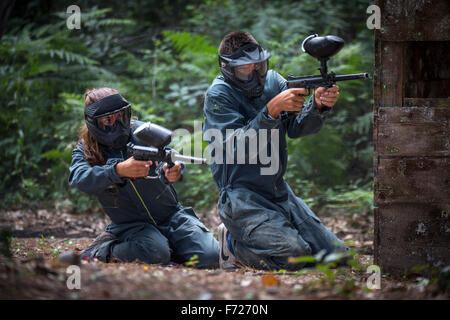 Paintball player teenagers at work. Adolescents joueurs de paintball en action. - Stock Photo