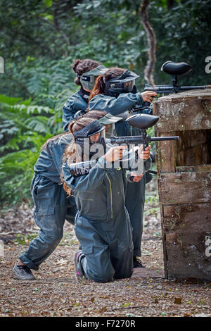 Paintball player teenagers at work. Adolescentes joueuses de paintball en action. - Stock Photo