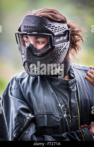 Portrait of a paintball player girl. Portrait d'une jeune joueuse de paintball. - Stock Photo