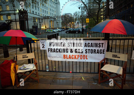 London, UK. 24th November, 2015. The site of an anti-fracking hunger strike opposite Downing Street by Geza Tarjanyi, - Stock Photo