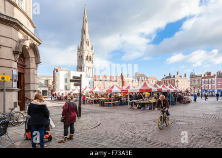 Market Place, Newark on Trent, Nottinghamshire, England, UK with St Mary Magdalene Church in the background. - Stock Photo