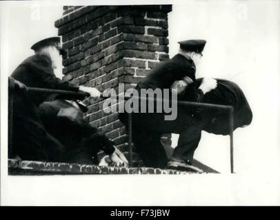 1948 - Man With A Child In His Arms Threatens To Jump From The Roof Of A Three-Storey Building: Fireman and police - Stock Photo