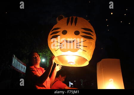 Chiang Mai, Thailand. 25th November 2015. Tourists gather to release Khom Loi (sky lantern) during the Yi Peng Festival - Stock Photo