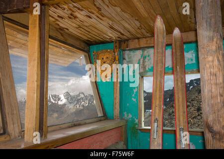 An old ski club hut on the peak of Chacaltaya (5,395m), looking towards the peak of Illimani. Until 2009 Chacaltaya - Stock Photo