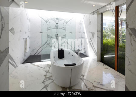 Luxury interior, bathroom of a house in Cove Way, Sentosa, Singapore designed by Robert Greg Shand Architects - Stock Photo