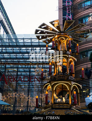 Berlin, Germany. 27th November, 2015. The Christmas market, colourful decorations and fun-filled events are drawing - Stock Photo