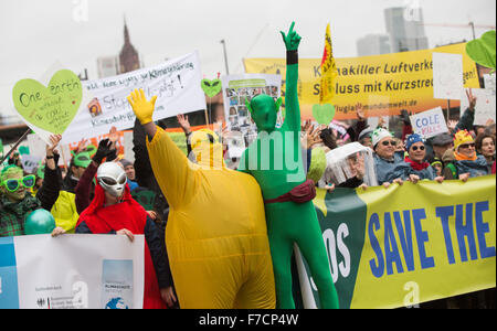 Frankfurt, Germany. 29th Nov, 2015. Climate activists hold up banners and signs during a rally on occasion of the - Stock Photo