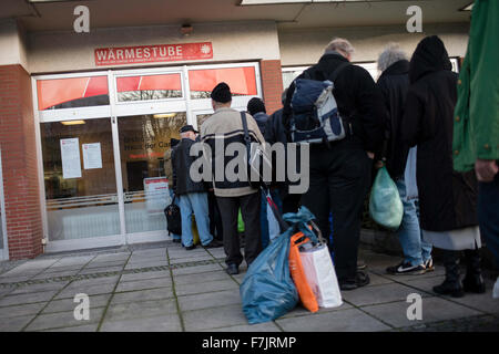 Berlin, Germany. 01st Dec, 2015. People line up in front of the warm room run by the aid organisation Caritas in - Stock Photo
