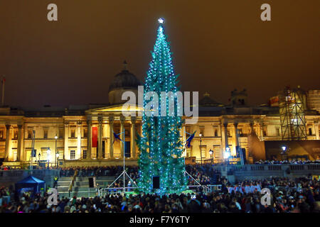 London, UK. 3rd Dec, 2015. Crowds braved the threatening rain to watch the lighting of the Trafalgar Square Christmas - Stock Photo
