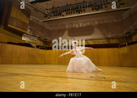 Croydon, London, United Kingdom, 3rd December 2015. Yuliya Yashina from the Saint Petersburg Classic Ballet rehearsing - Stock Photo