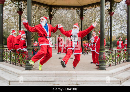 London, UK. 05th Dec, 2015. Arriving for the start and the warm up - The London Santa Run 2015 in Battersea Park - Stock Photo