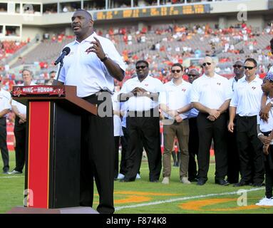 Tampa, Florida, USA. 6th Dec, 2015. DIRK SHADD | Times .Tampa Bay Buccaneers legend Doug Williams is honored at - Stock Photo