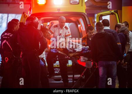 (151208) -- JERUSALEM, Dec. 8, 2015 (Xinhua) -- Medics wheel a wounded Israeli man into the emergency room of the - Stock Photo