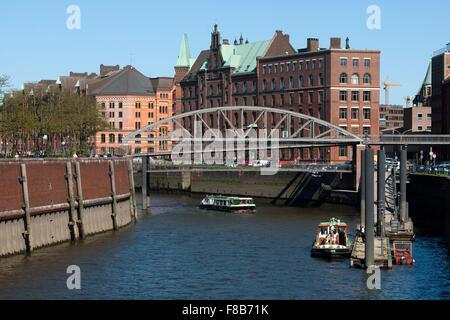 Deutschland, Hamburg, Zollkanal, vorne die Kibbelstegbrücke zur Speicherstadt, dahinter der Sandthorquaihof - Stock Photo
