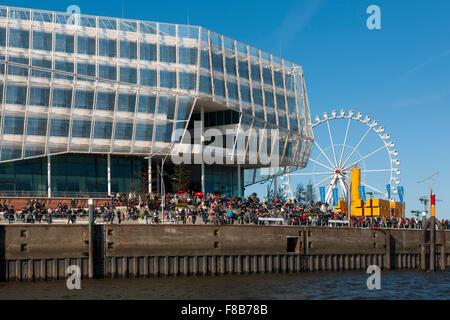 Deutschland, Hamburg, HafenCity, Unilever-Haus, Strandkai 1, rechts das Riesenrad - Stock Photo