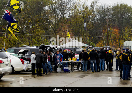 Iowa City, Iowa, USA. 31st Oct, 2015. Fans tailgate before the kickoff of the Iowa Hawkeyes and the Maryland Terrapins - Stock Photo