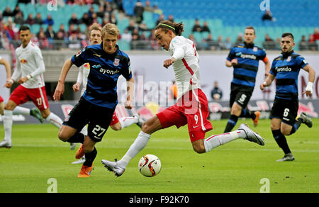 Leipzig, Germany. 13th Dec, 2015. Leipzig's Yussuf Poulsen (R) and Frankfurt's Lukas Gugganig vie for the ball during - Stock Photo