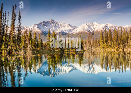 Snow dusted mountains in the Kluane Ranges of the St. Elias Mountains south of Beaver Creek, Yukon, Canada, along - Stock Photo