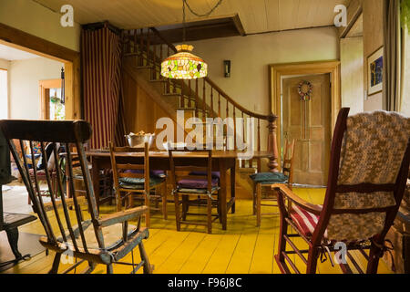 Dining room inside a canadiana cottage style residential for Html table inside th